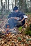 Homme de camp de forêt en bois Photographie stock