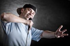 Homme de chanteur de coup sec et dur avec le geste de main frais de microphone Photographie stock libre de droits