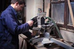 Homme de charpentier à l'aide de la scie de circulaire photo stock