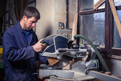 Homme de charpentier à l'aide de la scie de circulaire image libre de droits