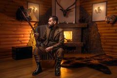 Homme de chasseur de vintage dans l'habillement traditionnel de chasse Photographie stock
