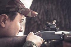 Homme de chasseur visant et prêt à faire une pousse pendant la chasse Photo stock
