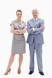 Homme de cheveu blanc avec le femme croisant leurs bras Image libre de droits