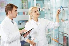 Homme de chimiste de pharmacie dans la pharmacie Image libre de droits