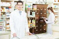 Homme de chimiste de pharmacie dans la pharmacie photo stock