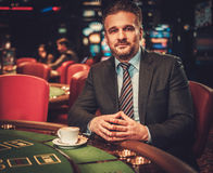 Homme de classe aristocratique derrière la table de jeu dans un casino Images stock