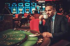 Homme de classe aristocratique derrière la table de jeu dans un casino Photo libre de droits