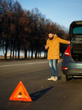 Homme de conducteur examinant les voitures endommagées d'automobile Photographie stock