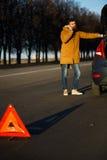 Homme de conducteur examinant les voitures endommagées d'automobile Images stock