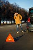 Homme de conducteur examinant les voitures endommagées d'automobile Photographie stock libre de droits