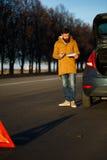 Homme de conducteur examinant les voitures endommagées d'automobile Photos libres de droits
