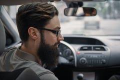 Homme de conducteur prêtant l'attention à la route photographie stock libre de droits