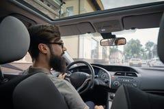 Homme de conducteur prêtant l'attention à la route image libre de droits