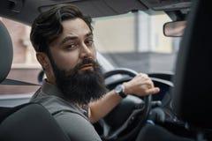 Homme de conducteur prêtant l'attention à la route photo libre de droits