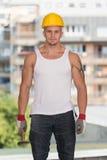 Homme de construction travaillant avec le marteau Image libre de droits