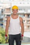 Homme de construction travaillant avec le marteau Photos libres de droits
