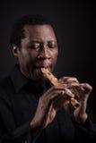 Homme de couleur africain avec l'instrument de musique ethnique photo libre de droits