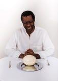 Homme de couleur africain bel avec l'oeuf d'autruche photos stock
