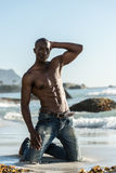 Homme de couleur africain de torse nu sur la plage Images libres de droits
