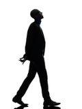 Homme de couleur africain marchant recherchant la silhouette de sourire Images stock
