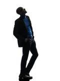 Homme de couleur africain se tenant recherchant la silhouette de sourire Photo stock