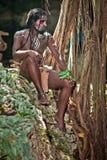 Homme de couleur avec des dreadlocks dans l'image de l'Indien de Taino dans son habitat Photographie stock libre de droits