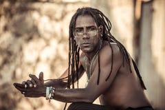 Homme de couleur avec des dreadlocks, verres, torse nu, sérieux image libre de droits