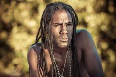 Homme de couleur avec des strabismes de dreadlocks photos stock