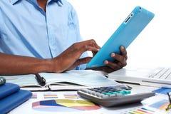 Homme de couleur avec la tablette photo stock