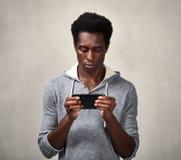Homme de couleur avec le smartphone Image libre de droits