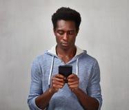 Homme de couleur avec le smartphone Photographie stock