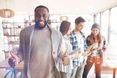 Homme de couleur avec plaisir soulevant des pouces  Photo libre de droits