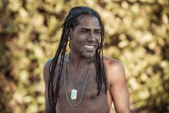 Homme de couleur avec rire de dreadlocks images libres de droits