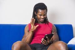 Homme de couleur bel faisant l'appel visuel Photos libres de droits