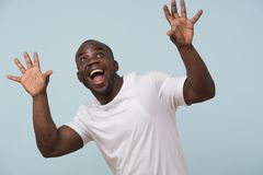 Homme de couleur bel souriant, sur le fond bleu-clair images libres de droits