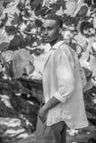 Homme de couleur dans l'arbre photographie stock libre de droits