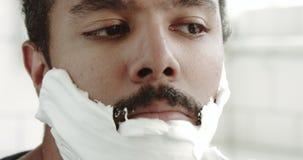 Homme de couleur de métis rasant avec la mousse clips vidéos