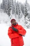 Homme de couleur gai d'afro-américain dans le costume de ski en hiver neigeux dehors Photos stock