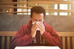 Homme de couleur malade en café Photo stock