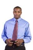 Homme de couleur occasionnel Texting sur son téléphone portable Photographie stock libre de droits