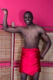 Homme de couleur posant près d'un écran tubulaire photos stock