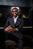 Homme de couleur près du piano image libre de droits
