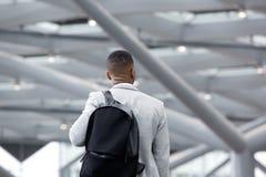 Homme de couleur se tenant dans l'aéroport avec le sac Images libres de droits