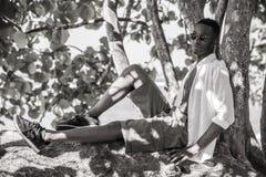 Homme de couleur sur l'arbre dans la guerre biologique photos libres de droits