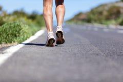 Homme de coureur avec les chaussures de course sur la route au succès Images stock