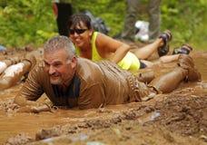 Homme de course de boue imbibé images stock