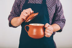 Homme de cuisinier avec le grand pot Photo stock
