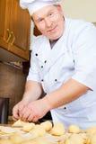 Homme de cuisinier dans la cuisine Photographie stock libre de droits
