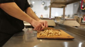 Homme de cuisinier, noix coupées banque de vidéos