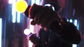 Homme de culture utilisant le casque de VR poinçonnant dans la lampe au néon banque de vidéos